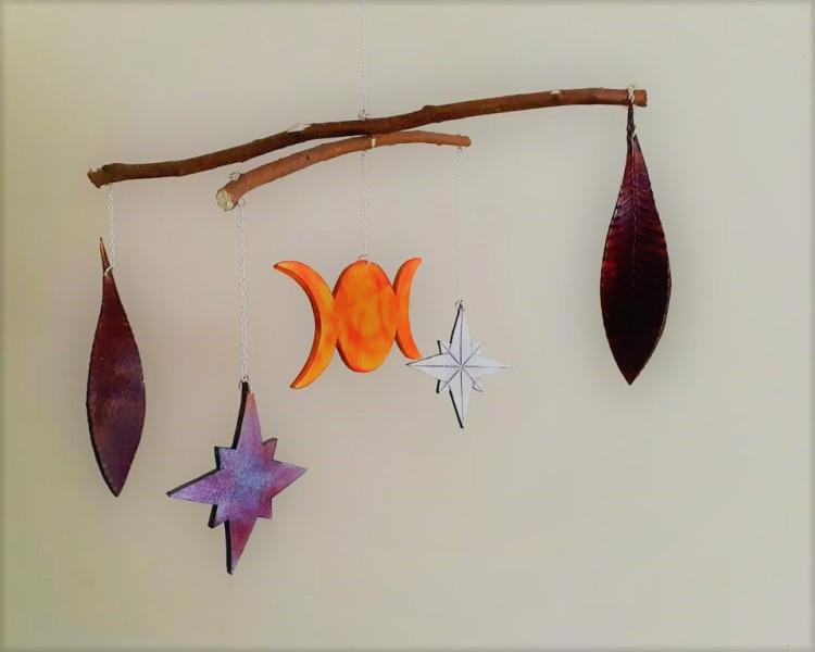 Suspension pour berceau en bois, cuir et minéraux avec des lunes, des étoiles et des feuilles par Cuir et Minéraux.